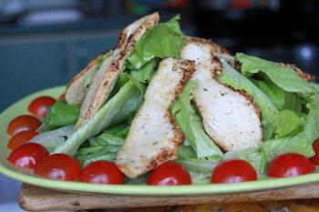Выкладываем вместе курицу порезанные половинками помидоры и зелень