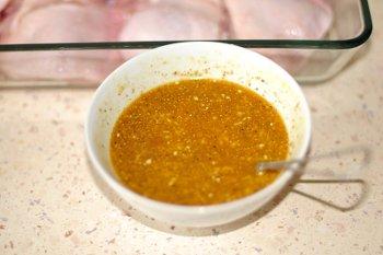 Смешанные апельсиновый сок мед чеснок оливковое масло и специи