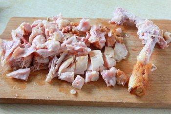 Мясо копченной курицы срезанное с косточки и порезанное кубиками