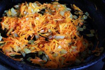 Мелкорезанные лук и морковь обжариваются на сковороде