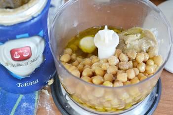 Нут с тхиной чесноком и оливковым маслом в блендере