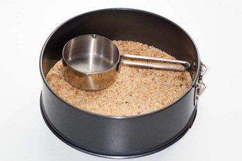 Утрамбовываем с помощью кокотницы слой из печенья  и орехов