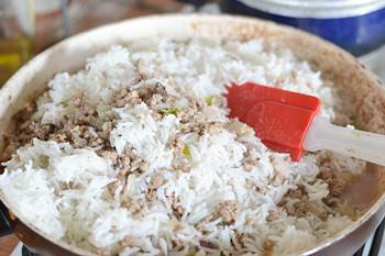Добавляем отваренный рис к обжаренному фаршу и ливеру