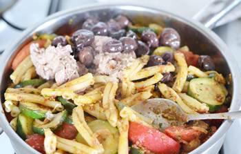 Готовая паста с тунцом овощами и маслинами в сковороде