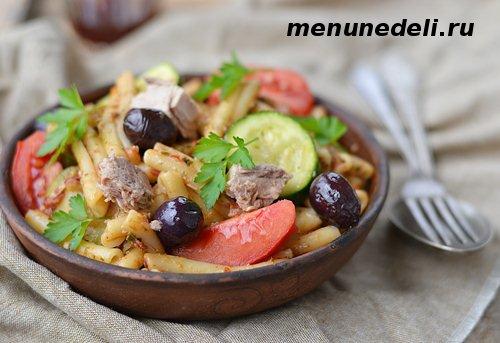 Паста с тунцом, овощами и маслинами
