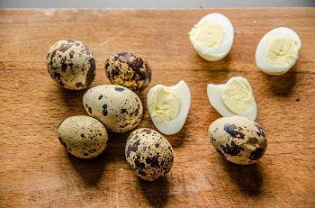 Сваренные вкрутую перепелиные яйца чистятся и режутся пополам