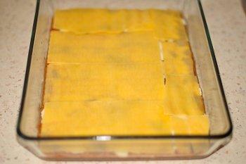Выкладываем в форму листы лазаньи на слои грибной начинки соуса бешамель и сыра