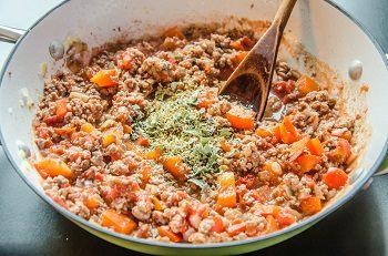 Добавляем к соусу петрушку мяту и орегано