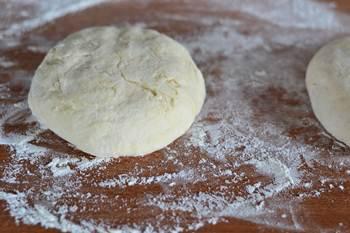 Поднявшееся тесто разделяем на две лепешки