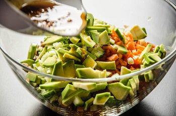 Поливаем заправкой смешанные продукты для салата