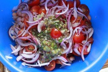 Смешиваем креветки помидоры черри порезанный лук и консервированную фасоль