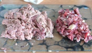Помытые и порезанные куриные сердечки и желудки