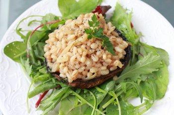 Грибы портобелло фаршированные перловкой на салатном миксе