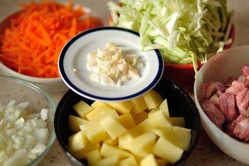 Нарезанные картофель мясо капуста морковь лук