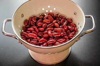 Промытая консервированная фасоль в дуршлаге