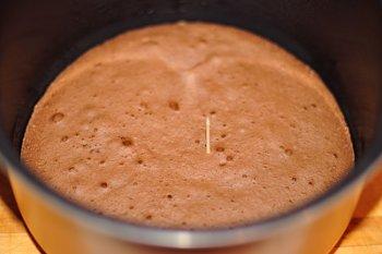 Проверяем готовность шоколадного бисквита приготовленного в мультиварке