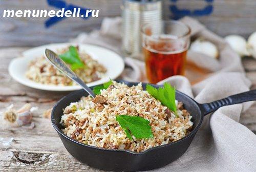 Рис с мясом и куриными потрошками на сковородке