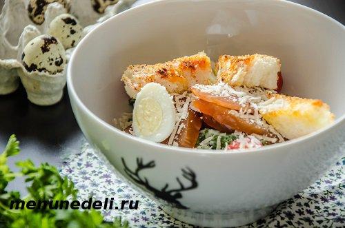 Салат цезарь с копченной курицей помидорами и перепелиными яйцами