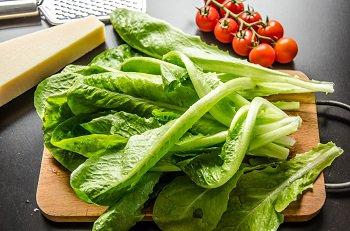 Помытый салат ромэн помидоры черри и сыр