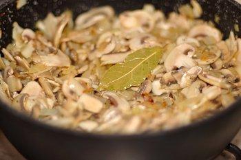 Грибы жарятся на оливковом масле с луком чесноком лавровым листом