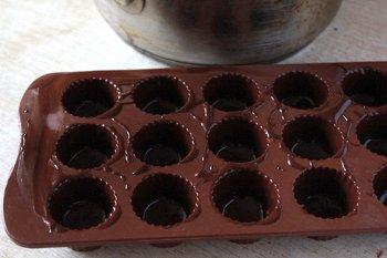 Растопленный шоколад в специальной форме для конфет