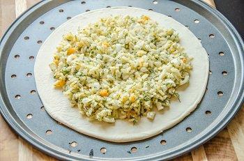 На основу выложена смесь из риса укропа и порезанного яйца