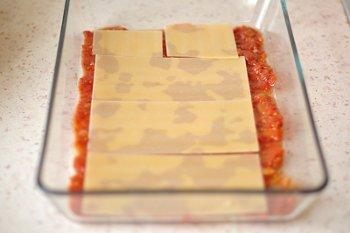 Томатный соус  куриный фарш тыква сыр и листы лазаньи в жаропрочной форме