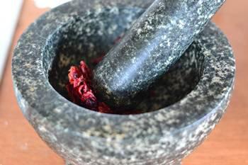 Сушеная клюква для печенья толчется в ступке