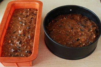 Тесто для рождественского кекса разложенное по формам
