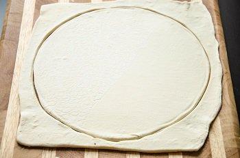Вырезается круг из раскатанного слоеного теста