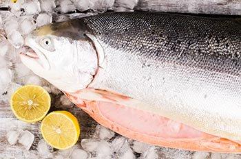 Целая красная рыба для засаливания