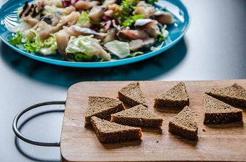 Черный хлеб порезанный кусочками для обжаривания на масле