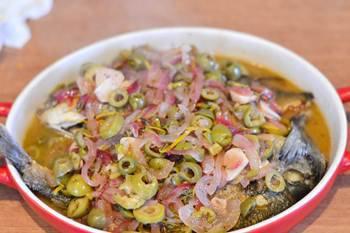 Дорада залитая кипящим маринадом из оливок лука и тимяна
