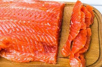 Отрезаем тонкие полоски от слабосоленого лосося