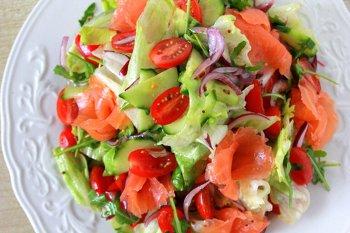 Выкладываем на тарелку горку овощей и ломтиками лосося