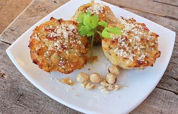 Готовые маффины из запеченного картофеля на тарелке