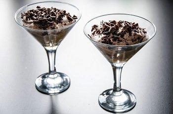 Готовый тирамису посыпаем шоколадной стружкой