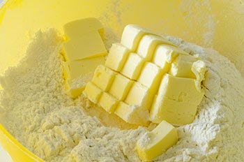 Холодное сливочное масло порубленное на кубики растирается с мукой