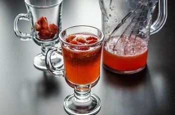 Заливаем сиропом ягоды в порционных бокалах