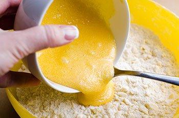 Яично сахарную смесь вливаем в смесь из муки и масла