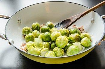 К бекону добавляем сливки и брюссельскую капусту