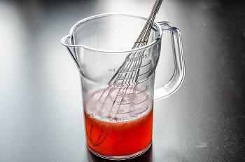 Смешиваем лимонный сок с желатином клубничное пюре и шампанское