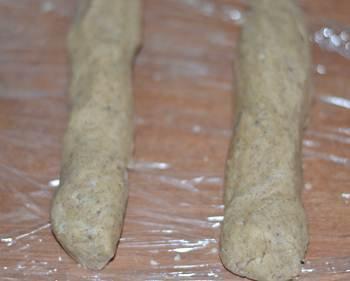 Колбаски из теста заворачиваем в пищевую пленку