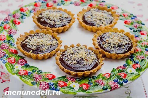 Корзиночки из песочного теста с шоколадным ганашем и орехами