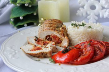 Готовые куриные кармашки с рисом и помидорами