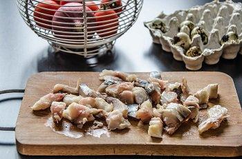Кусочки разделанной копченной скумбрии для приготовления салата