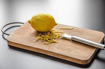 Снимаем цедру с одного лимона для приготовления желе