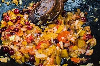 К луку добавляем бекон болгарский перец и клюкву