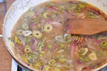 К луку и чесноку добавляем оливки тимьян и зеленый лук