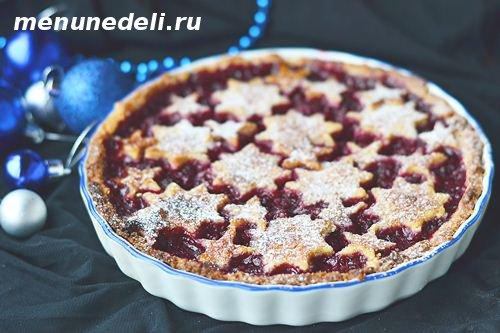 Ореховый пирог с малиновым вареньем